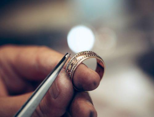 Zalety biżuterii ze stali chirurgicznej.